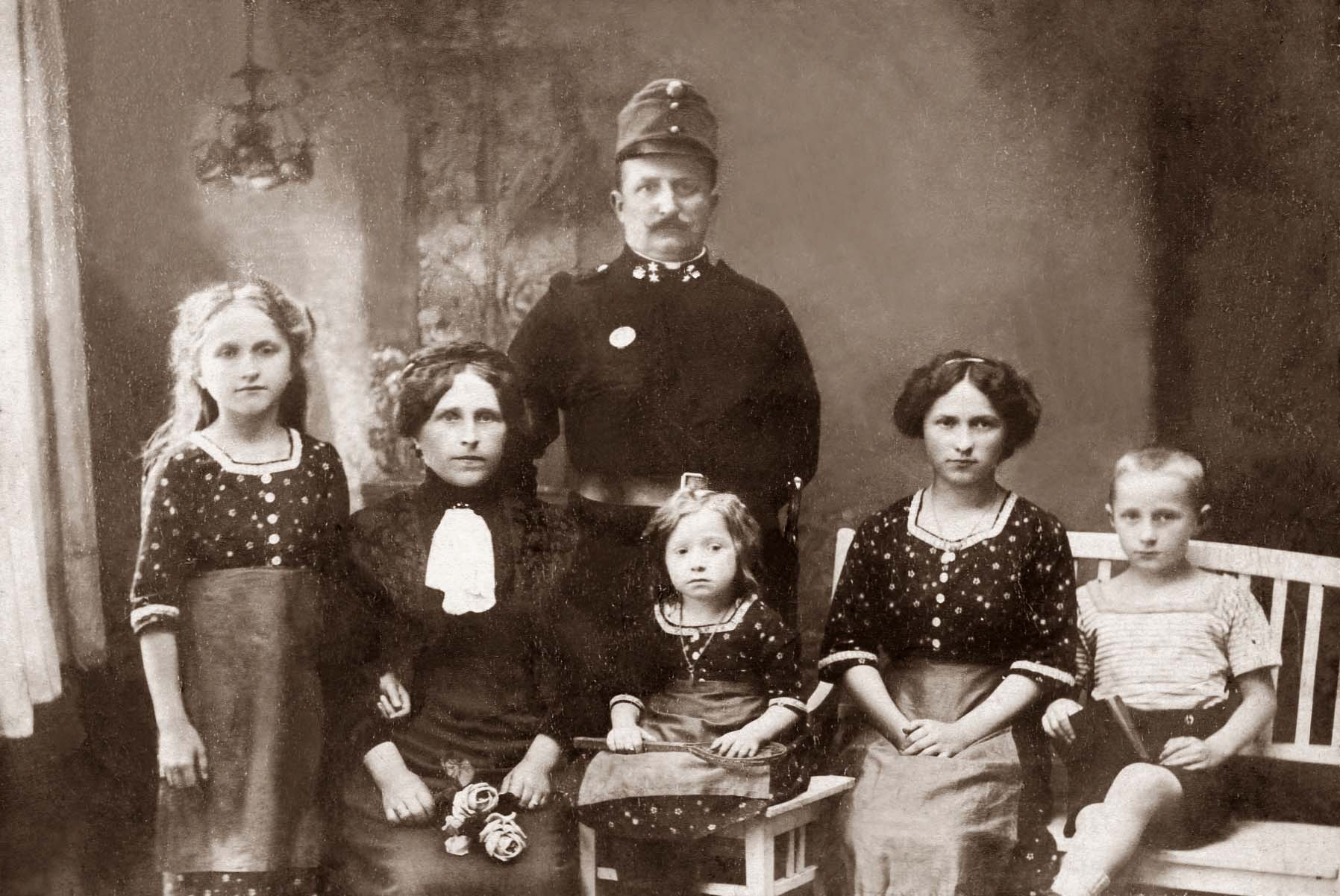 Rudolf Frank (*1876) m. Familie, Antonia Juliana F. (*1903), Ehefrau Cecilia, geb. Bahrmann, Amalia F. (*1610), Martha Juliana F. (*1897), Rudolf F. (*1904) v.l.n.r.