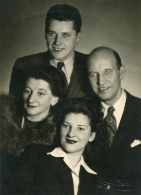 """Familie Josef Frank """"Kranzgassenpepperl"""" (*12.11.1890+25.07.1953), Tapezierermeister, aufg. 1942-1943, Sohn v. Andreas Mathias Frank(*13.01.1858+14.08.1893), Enkel v. Andreas Frank (*1818)"""