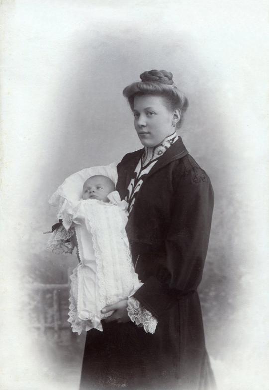 Josefine Frank geb. Görg Ehefrau v. Josef II. Frank (*1875) mit Erstgeborenem  Sohn Josef III. Frank (*1905)