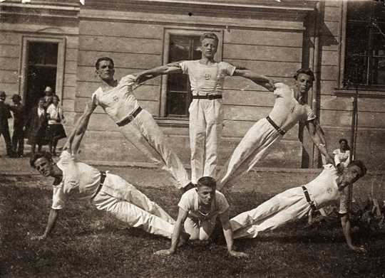 die Turnbrüder Norbert Frank (*1907 - Mitte oben) & Josef III. Frank (*1905 - Mitte unten)